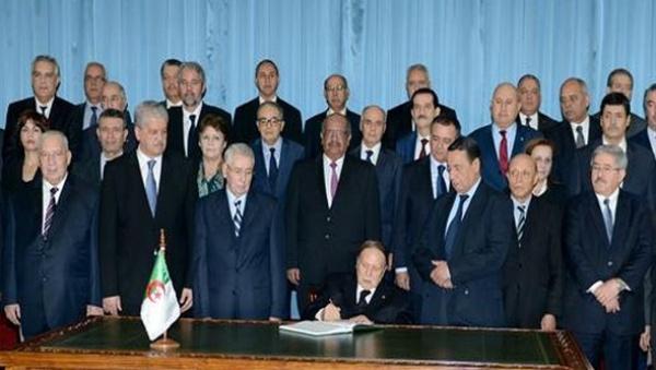 Le président Bouteflika signe la loi de finances 2016