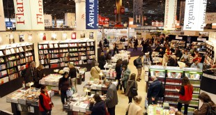 Visitors browse at the annual Paris book fair March 14, 2008. Israel is the guest of honour of the Paris book fair.    REUTERS/Charles Platiau   (FRANCE)