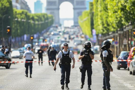DIA-Champs-Elysees-une-voiture-percute-un-fourgon-de-la-gendarmerie