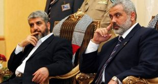 Palestinian Prime Minister Ismail Haniyeh (R) and Hamas leader Khaled Meshaal listen to people during their meeting with the Palestinian residents in Jeddah February 10, 2007.  REUTERS/Suhaib Salem (SAUDI ARABIA)