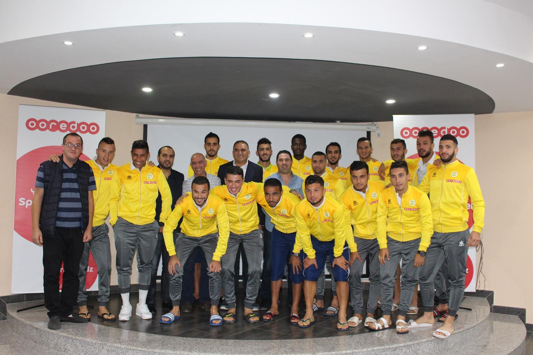 DIA-délégation Ooredoo avec les joueurs de la JSK