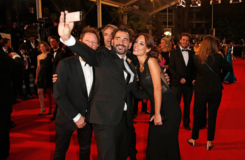 DIA-festival-de-cannes-prohibits-selfies-on-red-carpet