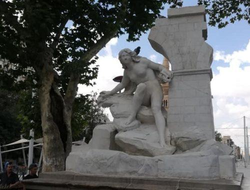 DIA-Statue